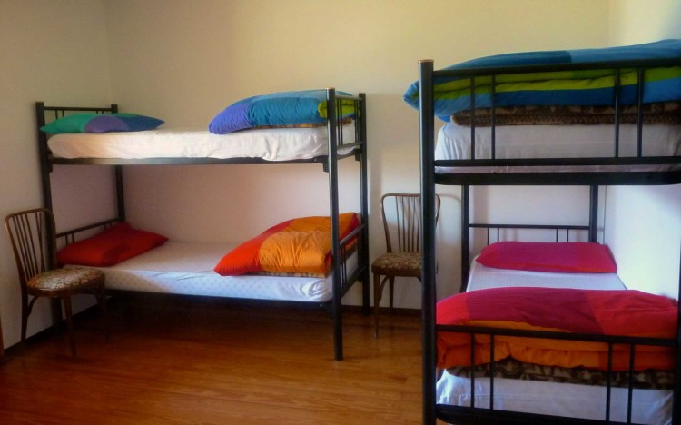 Una delle camere, arredate con colori vivaci